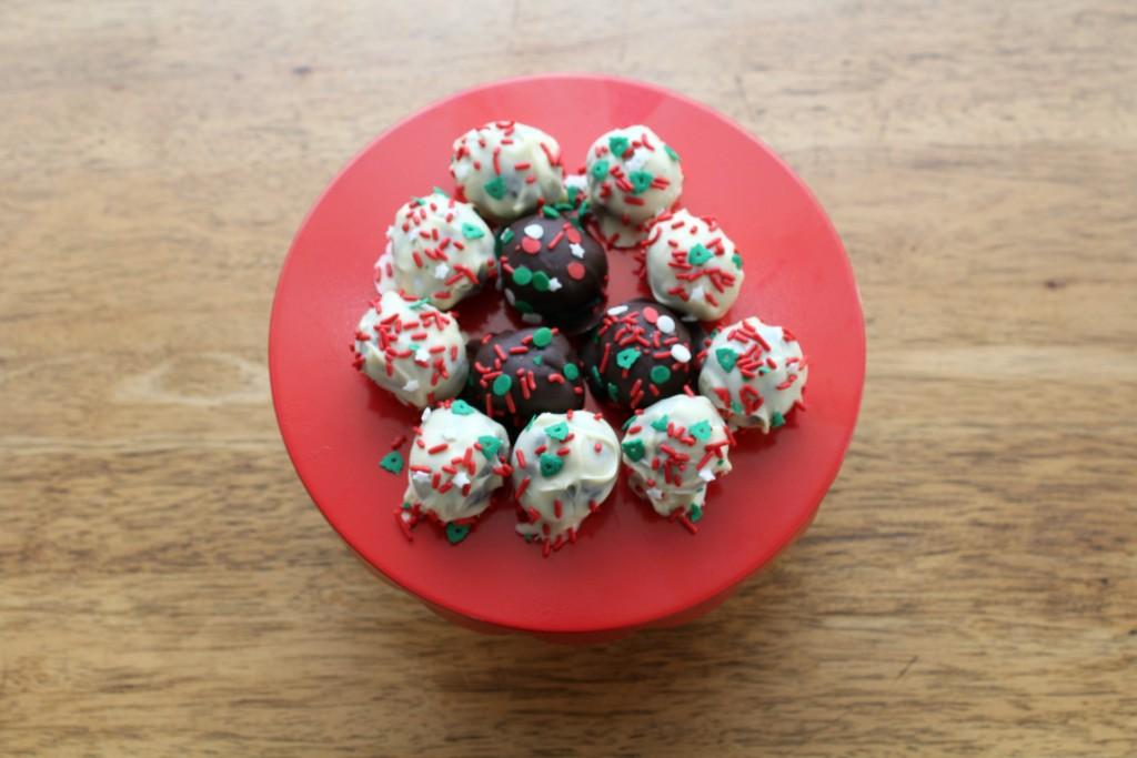 These oreo bon bons are addictive and so easy to make!